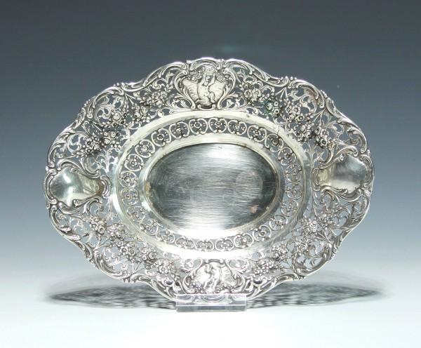 Silberne Korbschale mit zwei Putten und Blütendekor - 800er Silber