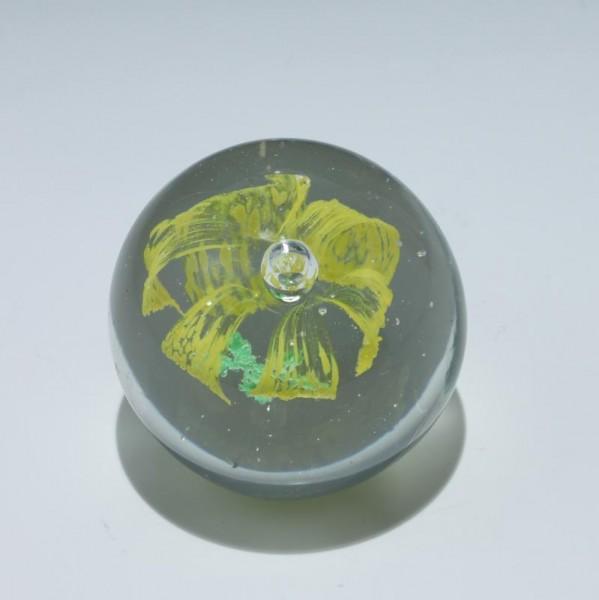 Briefbeschwerer / Paperweight mit gelber Blüte - Ø 8,4 cm
