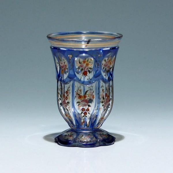 Biedermeier Überfangglasbecher mit Blütenbemalung - Böhmen Mitte 19. Jh. - kurzer Sprung
