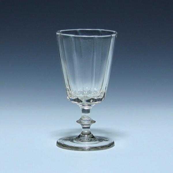 Modelgeripptes Weinglas mit Abriss - Mitte 19. Jh.