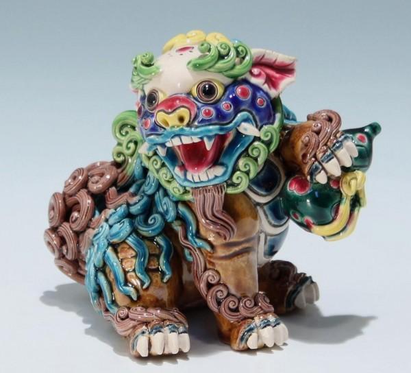 Moderne Porzellanfigur - Fo Hund / Löwe in Wucai Art