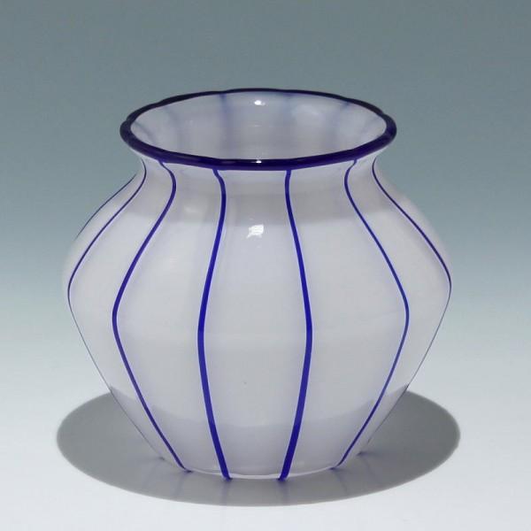"""Loetz Vase """"Weiss mit blauen Streifen"""" - Höhe 11,2 cm"""