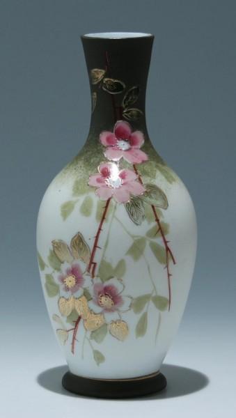 Handbemalte Milchglas Blumenvase - Böhmen oder Schlesien 2. H. 19. Jh.